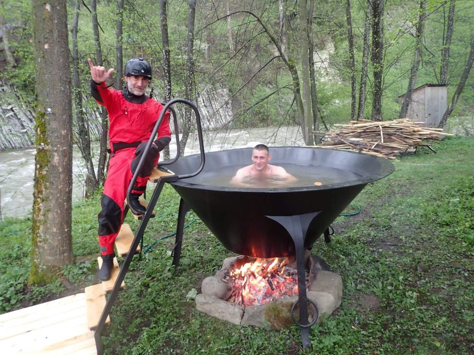 vylezieš zkajaku adáš si takýto horúci kúpeľ rovno vonku pri rieke